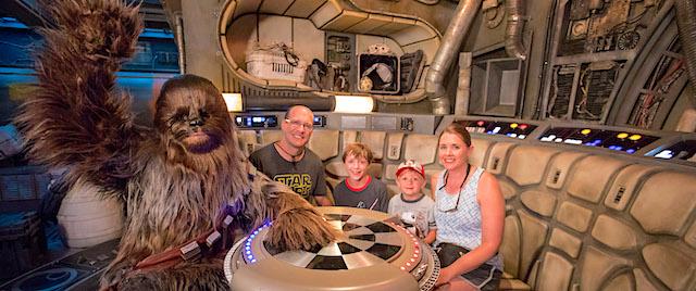 Bienvenue à Disneyland le millionième coureur de son Millennium Falcon
