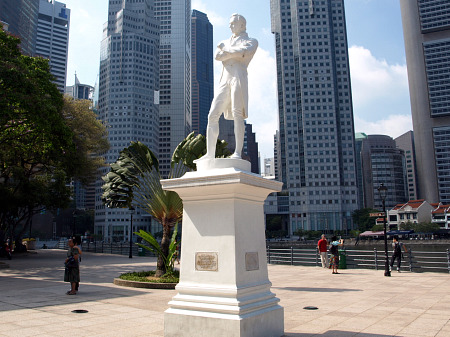 Sir Thomas Raffles statue in Singapore