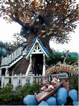 Chip 'n Dale Treehouse photo, from ThemeParkInsider.com
