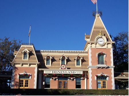 Disneyland Railroad photo, from ThemeParkInsider.com