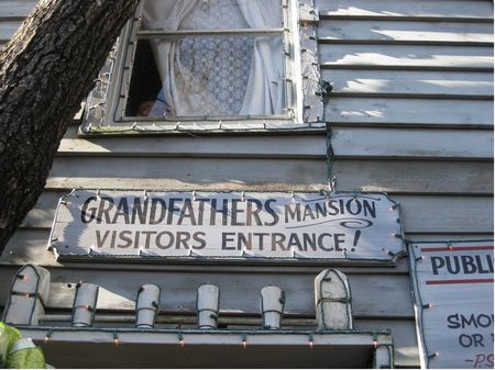 Grandfather's Mansion photo, from ThemeParkInsider.com