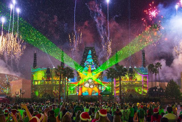 """Jingle Bell, Jingle Bam! """"Title ="""" Jingle Bell , Jingle Bam! """"> </div> <p> Les célébrations de la fête commencent à Epcot le 29 novembre avec le Festival of the Holidays. Cet événement fait suite à l'achèvement du festival international de nourriture et de vin d'Epcot le 23 novembre et se poursuivra jusqu'au 30 décembre . <br /> Disney a également lancé ses célébrations de vacances sur la côte ouest au Disneyland Resort.Nous serons à Disneyland demain pour un reportage en direct, alors restez à l'écoute, si vous restez à l'écran de Theme Park Insider! <br /> <a href="""